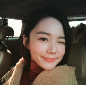 """강세정, """"윙크하면서 깜찍·발랄한 인증샷…인형 외모 눈에 띄네"""""""